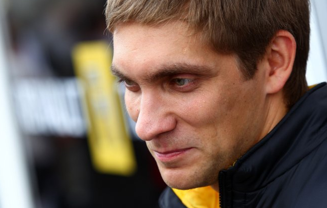Vitaly Petrov to stay at Lotus Renault GP